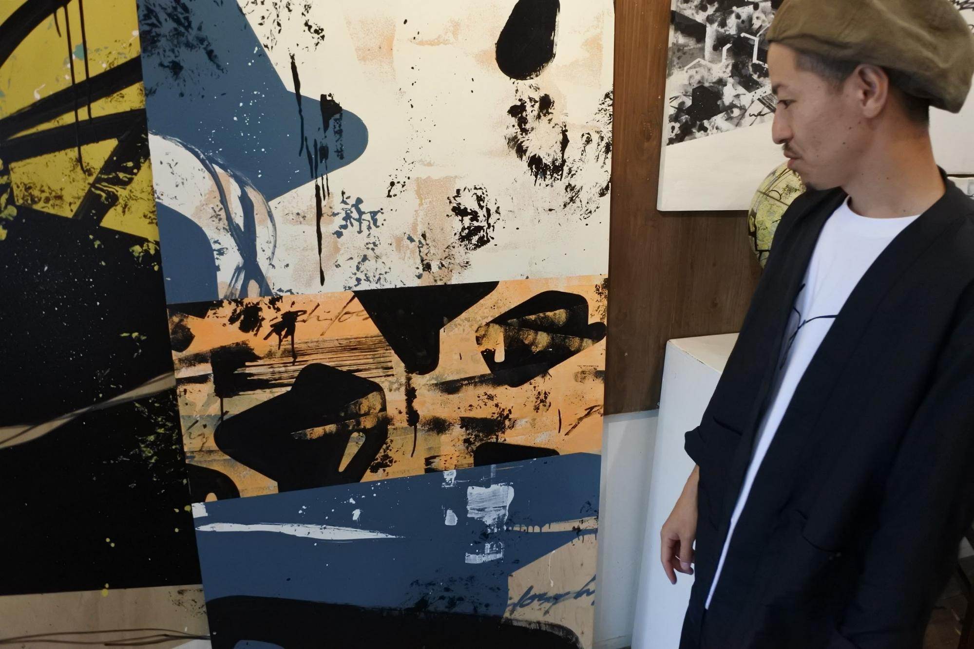 DENPA explains about his paintings | Photo by Masaya Morita